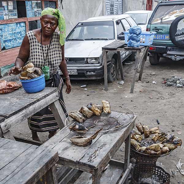 We kopen een Mbika op straat. Een mengsel van vis, meel, kruiden en meer. Heel erg lekker!